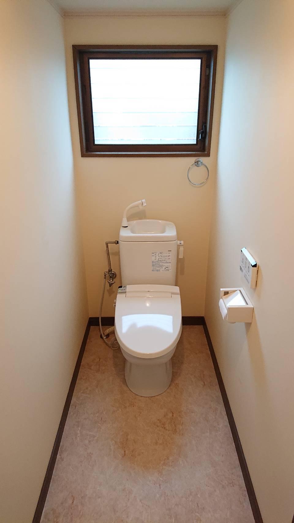 リフォームした、明るく暖かみのあるトイレの壁紙